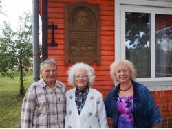 Birutė Gailienė (centre) su Kazimieru Samuliu ir Rene Jakubėnaite Stagalėnuose, prie namo, kuriame gimė Nadas Rastenis